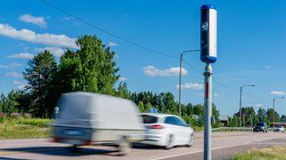 Henkilöauton vetämä peräkärry ohittaa nopeusvalvontakameran.