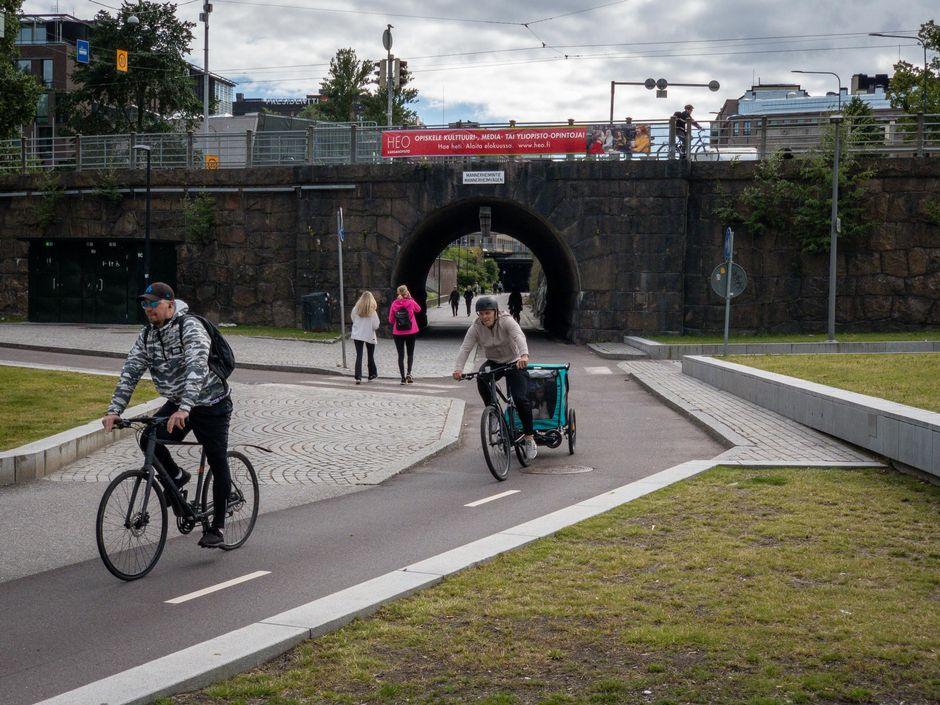 Pyöräilijöitä ja jalankulkijoita Baanalla.