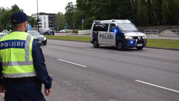Vanhempi konstaapeli Joonas Baarman katsoo, kun poliisiauto ajaa hälytykseen.