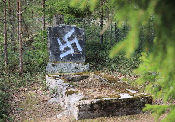 Töhritty jautakivi Juutalaisten hautausmaalla Haminassa.