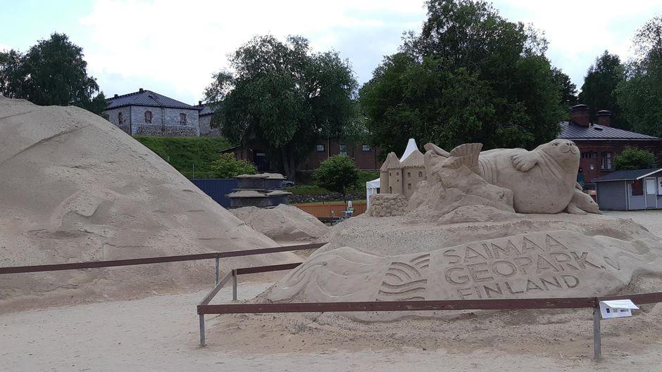 Yksi tämän kesän hiekkalinnan veistoksista jäänee muottiin koko kesäksi.