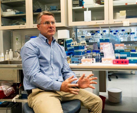 Virologian professori Kalle Saksela laboratoriossa Hgin Yliopiston Meilahden lääketieteellisessä laitoksessa.