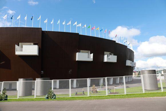 Sponsorilippuja Olympiastadionilla.