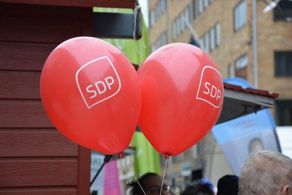 Närbild på SDP:s röda valballonger.