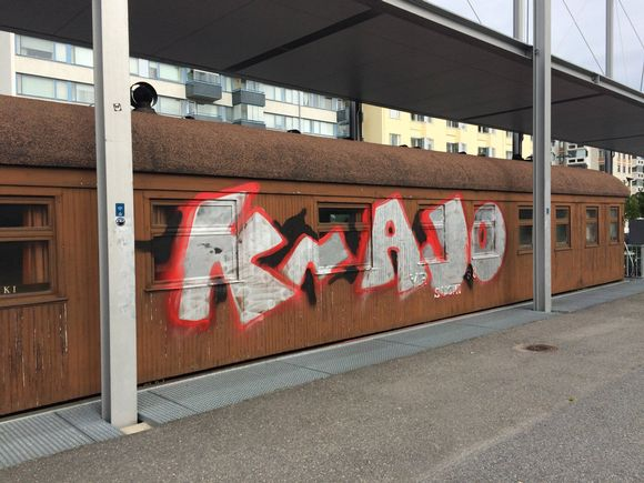 Mikkelin rautatieasemalla töhritty salonkivaunu.