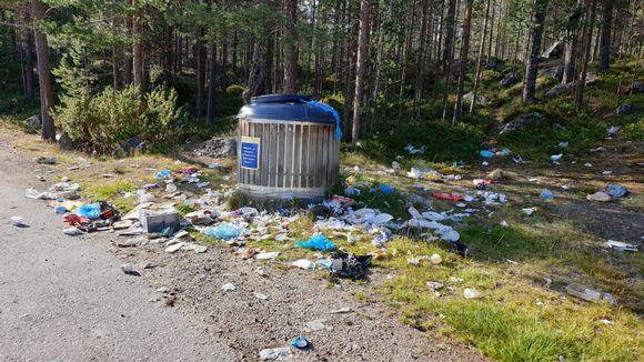 Ivalo - Utsjoki-välillå parkkipaikat saattavat olla hyvin roskaisia ja sotkuisia.