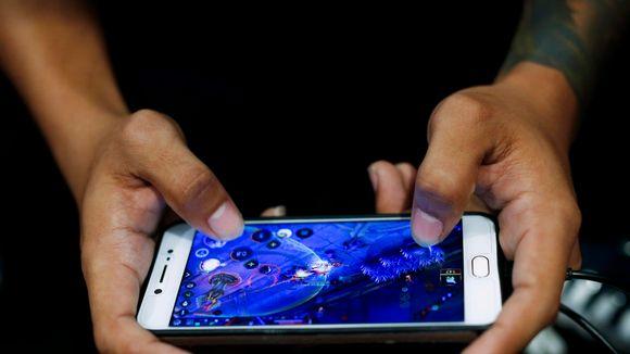 Mobiilipelin pelaamista pelitapahtumassa Bangkokissa 2017.