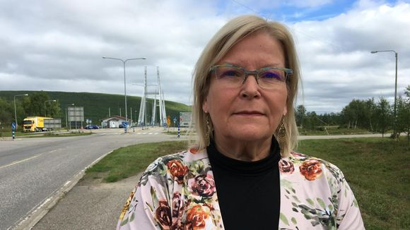 Vuokko Tieva-Niittyvuopio Saamen sillan edustalla.