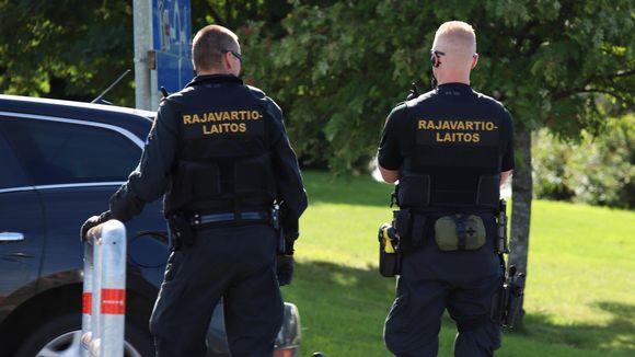 Rajavartijoita Torniossa Ruotsin rajalla tarkastamassa liikennettä.