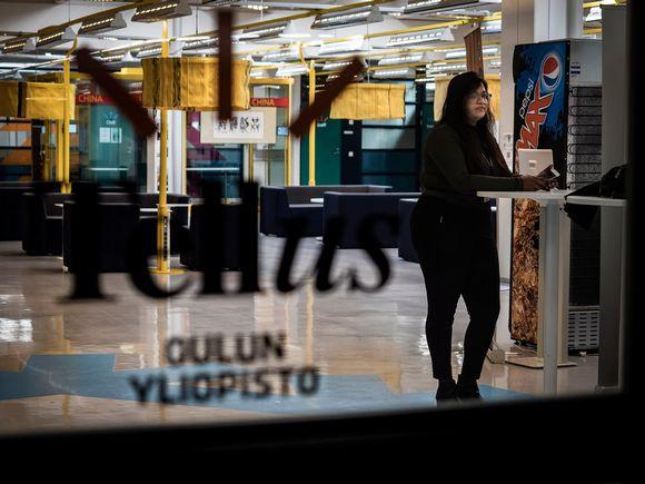 Toisen vuoden opiskelija Manushi Bashini Oulun yliopiston käytävällä odottaa