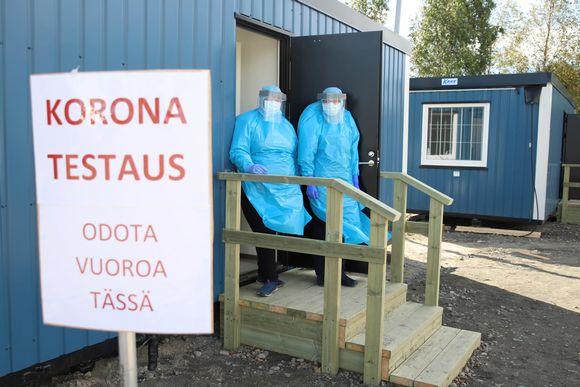 Tornion koronatestauspisteen portailla vasemmalla osastonhoitaja Marianne Junes-Leinonen ja oikealla terveydenhoitaja Maritta Pelttari.