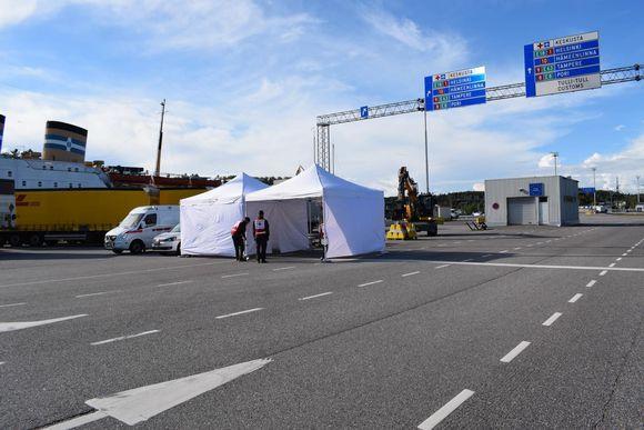 SPR rakentaa koronatestustelttaa Turun satamassa.