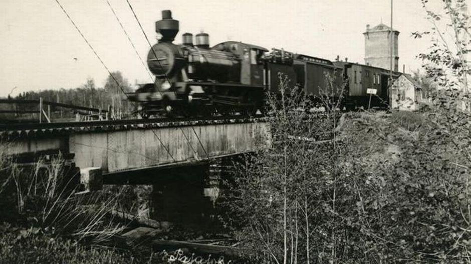 Hoyryveturi ajaa Rajajoen sillan yli 1920-luvulla