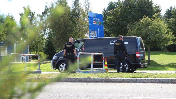 Rajavartijoita tarkastamassa ajoneuvoa Torniossa.