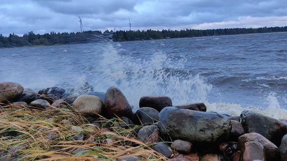 Видео: Aallot lyövät rantaan Kokkolassa 17.9.