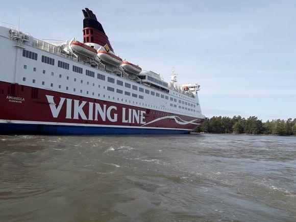 Viking Linen M/S Amorella Järsön saaren rannassa Ahvenanmaalla.