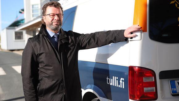Tulliylitarkastaja Kari Hannu nojaa tulliautoa vasten.