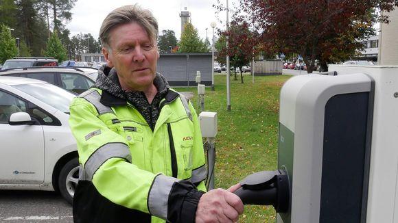 Toimitusjohtaja Jukka Voutilainen, Novaka Oy, Lappeenranta Sähköauton latauspisteellä.