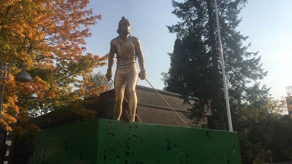 Kuvanveistäjä Pekka Jylhän suunittelema Legenda-patsas paljastetaan 26.9.20 Kurikassa