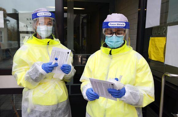 Marianne Hietamäki ja Minna Panula valmistautuvat koronavirusnäyttteen ottoon.