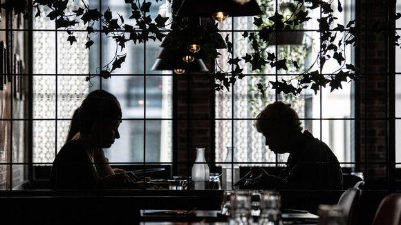 Ihmisiä syömässä ravintolassa.
