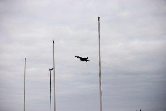 Ilmavoimien Hornet-hävittäjä nousee ilmaan Kajaanin lentokentällä