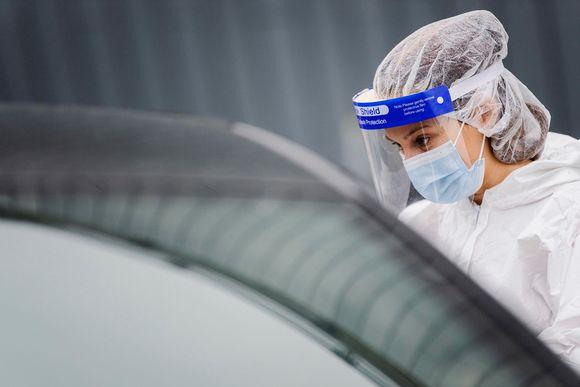 Kuvassa tehdään koronavirustestiä Helsingin Messukeskuksen drive-in-testauspisteellä lokakuussa 2020.