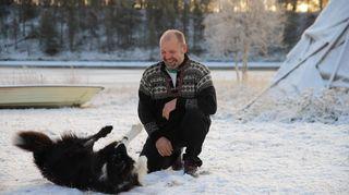 Juha Feodoroff koiransa kanssa Sevettijärvellä