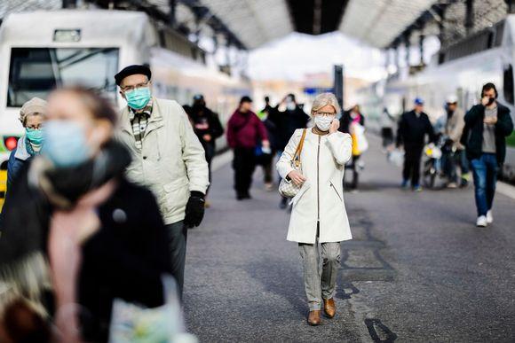 Kuvassa on maski kasvoillaan kulkevia ihmisiä Helsingin keskustassa 14. lokakuuta 2020.