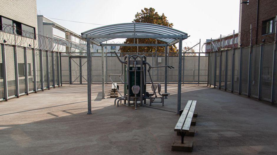 Mikkelin vankilan ulkoilupihalla kuntoilulaitteita. Pihaa ympäröivät piikkilanka-aidat.