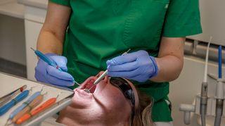 Potilasta hoidetaan hammaslääkärissä.