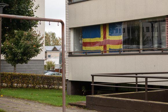 Suuri Ahvenanmaan lippu kerrostalon parvekkeella Maarianhaminassa.