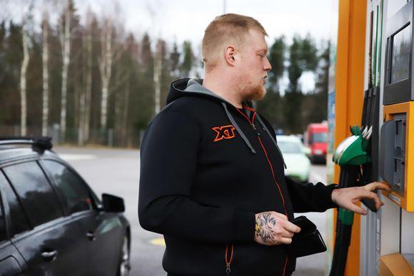 Konsta Kelloniitty maksamassa polttoaineen tankkaamisesta.