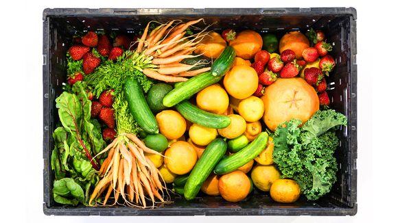 Låda med frukt och grönsaker