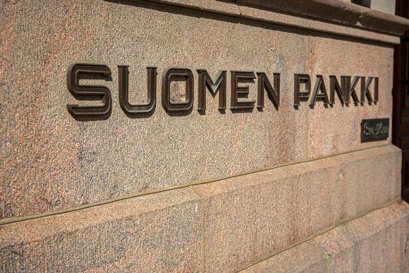 Suomen pankki- teksti seinässä.