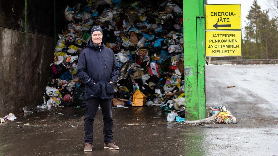 Osmo Aikio seisoo jäteaseman edessä