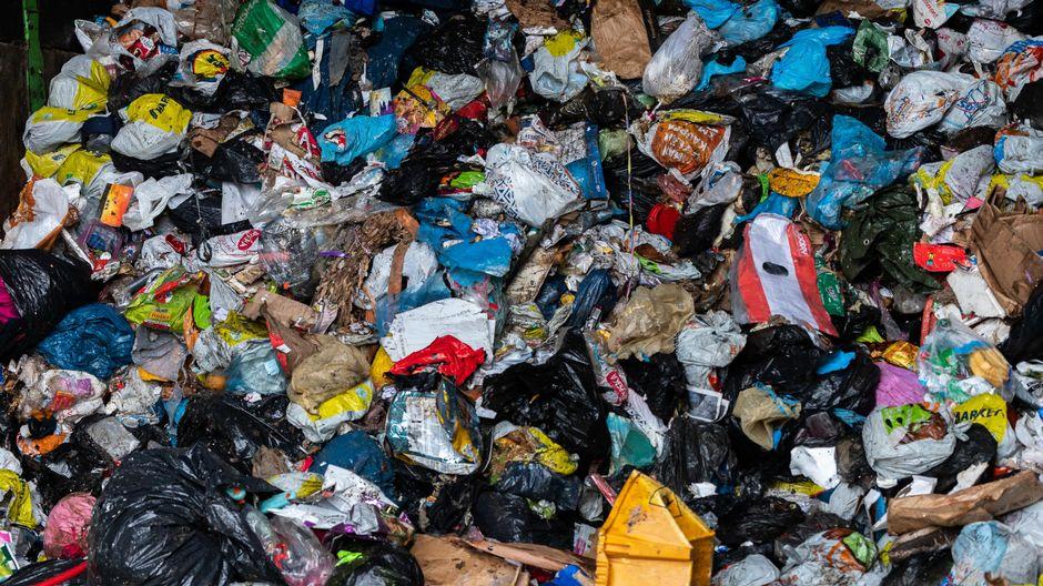 Roskapusseja jäteasemalla