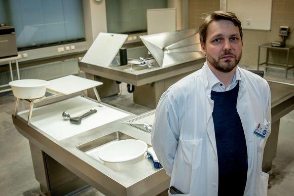 Patologi Jonas Kantonen obduktiosalissa