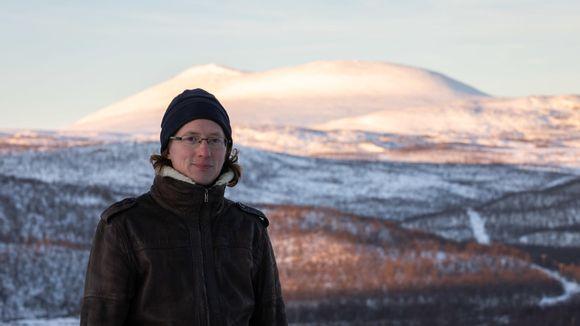 Aslak Holmbergin taustalla näkyy Rastigaisa-tunturi.