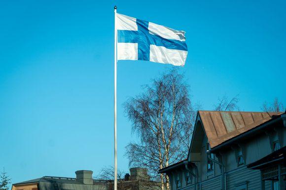 Suomen lippu liehuu tuulessa.