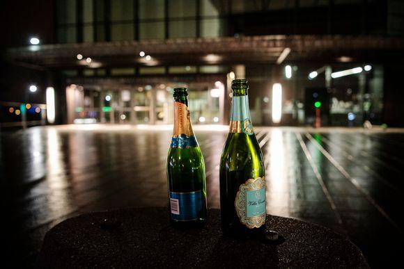 Tyhjät kuohuviinipullot odottivat ottajaansa Musiikkitalon edessä Helsingissä marraskuussa 2020.