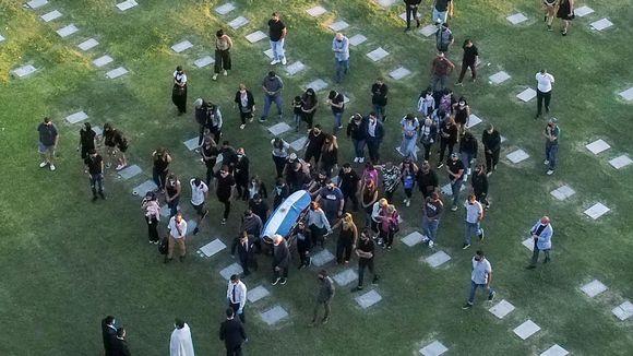Maradona haudattiin Bella Vistan hautasmaalle Buenos Airesin liepeille.