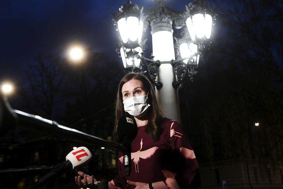 Pääministeri Sanna Marin puhuu tiedotusvälineille saavuttuaan hallituksen iltakouluun Säätytalolle.