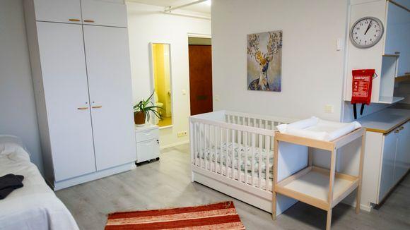 Lapsipehreille suunnatussa turvakotihuoneessa on mm pinnasänky ja lastenhoitopöytä