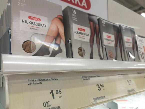 Pirkka-sukkahousuja kaupan hyllyllä.