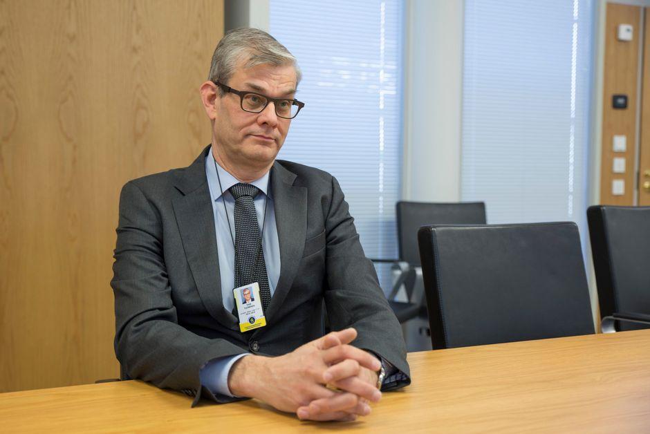 Pasi Tuominen ulkoasiainministeriöstä istuu pöydän ääressä.
