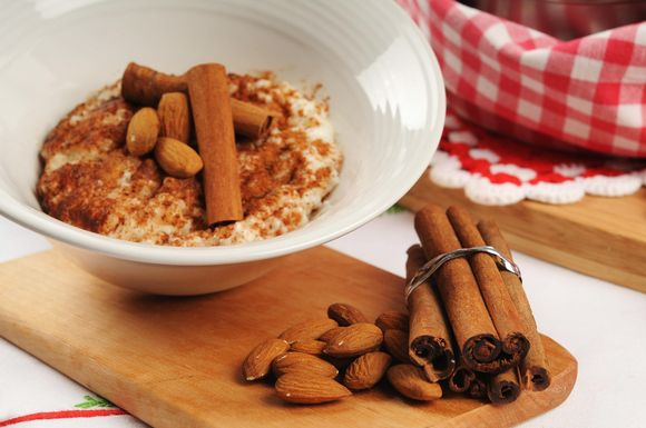 En tallrik risgrynsgröt med kanel och mandel.
