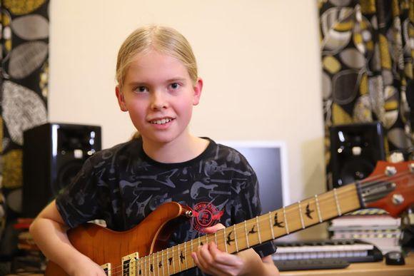 Juho Ranta-Maunus soittaa kitaraa kotistudiossaan.