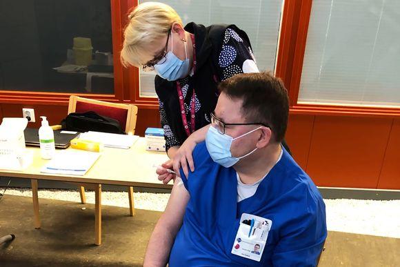 Sairaanhoitaja saa koronarokotuksen Lapin keskussairaalassa