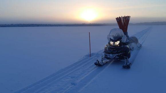 moottorikelkka järven jäällä, merkkaustikut